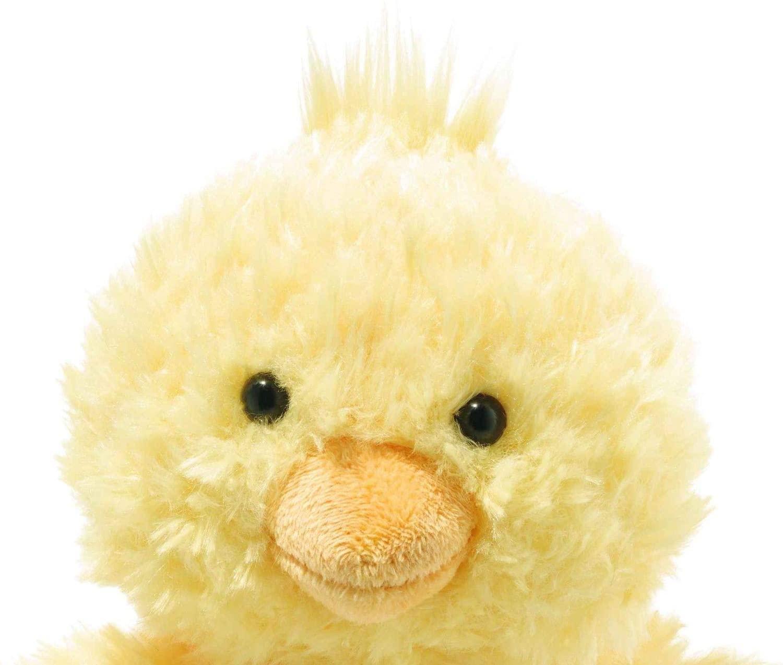 """Steiff """"Knopf im Ohr""""! Niedlich, wie das 22 cm große Pipsy Küken mit seinen orangefarbenen Füßen dasitzt. Ein Granulatsäckchen im Gesäß sowie der Bürzel verleihen ihm diese Position. Der witzige Haarflaum am Kopf passt prima zu den wachen Augen und dem orangefarbenen Schnabel. Herrlich weich ist das Flaumfederkleid aus gelbem Plüsch. Das niedliche Pipsy Küken aus der Soft Cuddly Friends Familie kommt überall gut an und ist damit ein perfektes Geschenk für jeden Anlass. Die Margarete Steiff GmbH ist die weltweit bekannteste Spielzeug- und Plüschtierherstellerin und steht für höchste Qualität seit 1880. Der Leitgedanke unser Firmengründerin Margarete Steiff """"Für Kinder ist nur das Beste gut genug"""" ist unsere Firmenphilosophie und prägt unsere Arbeit sowie jedes unserer Produkte. Alle unsere Tiere werden von Hand genäht und sind somit einzigartig. Jedes original Steiff Tier trägt voller Stolz den Steiff """"Knopf im Ohr"""" und zusätzlich als weiteres Erkennungszeichen ein Ohrfähnchen. Das ist der Beweis, dass es aus unserem Hause stammt. Steiff Tiere - nur echt mit dem Steiff """"Knopf im Ohr""""."""
